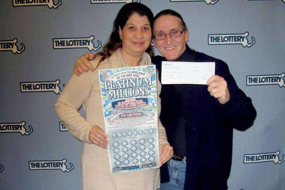 Homem ganha mais de R$ 25 milhões na loteria após comprar dois bilhetes para trocar seu dinheiro