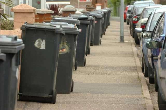 Mulher recebe multa por colocar lixo para fora de casa no dia errado