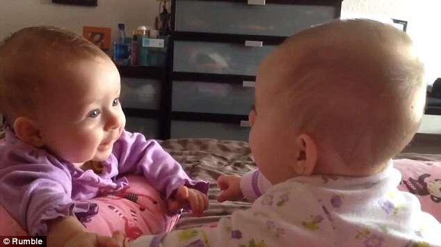 Assista ao momento em que duas bebês gêmeas se olham pela primeira vez
