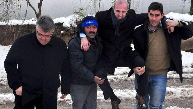 Para não sujar seus sapatos, funcionário público é flagrado sendo carregado por moradores