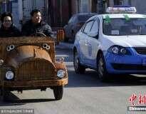 Carpinteiro cria carro de madeira modernizado