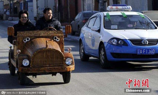 Carpinteiro cria carro de madeira