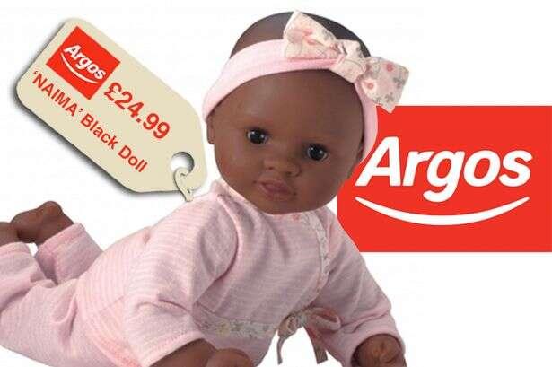 Loja é acusada de racismo ao vender boneca negra  mais barata que a branca
