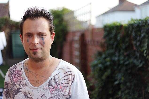 Homem faz tatuagem no rosto após noite de bebedeira e agora não consegue arrumar emprego