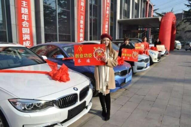 Empresária presenteia quatro funcionários com carros BMW