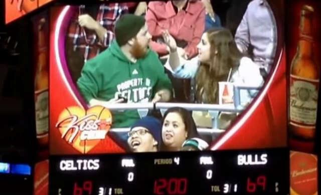 Casal discute durante partida de basquete nos EUA na frente da câmera do beijo