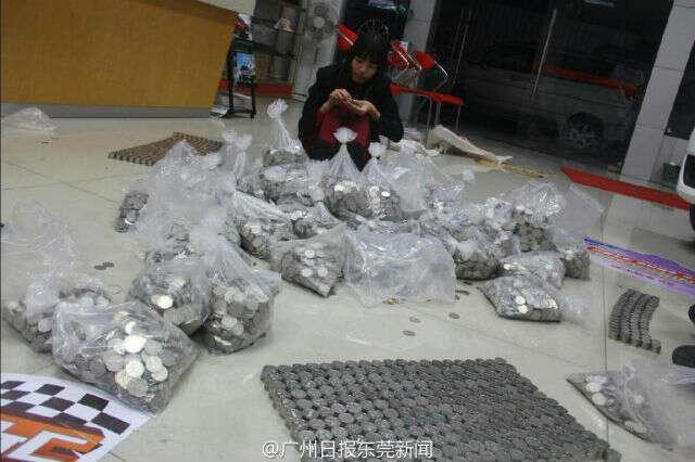 Homem compra caminhão com meia tonelada de moedas
