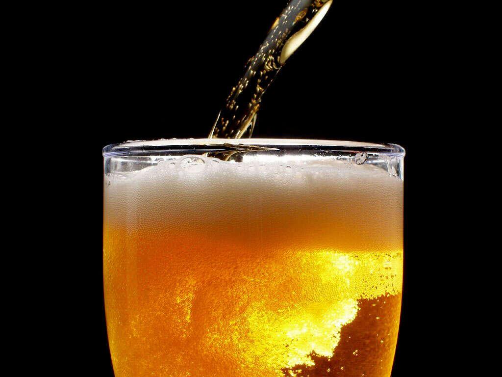 Dezenas de pessoas morrem em funeral após beberem cerveja contaminada