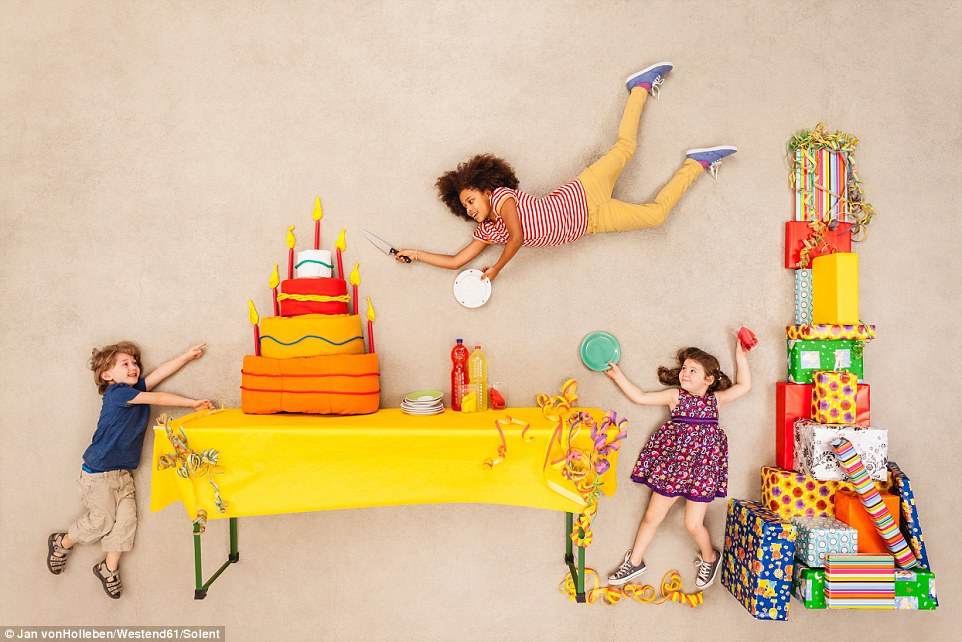 Fotógrafo registra imagens de crianças voando