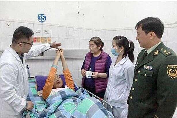 Homem em coma acorda após um ano, após enfermeiros colocarem dinheiro debaixo de seu nariz
