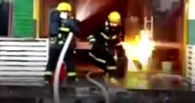 Bombeiro é reverenciado como herói após retirar botijões em chamas de restaurante incendiado