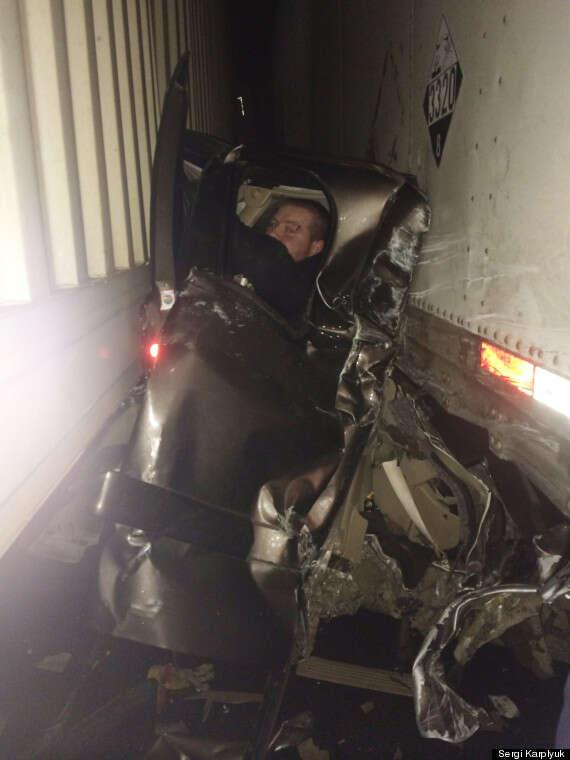 Motorista sobrevive milagrosamente após ficar prensado entre dois caminhões em acidente