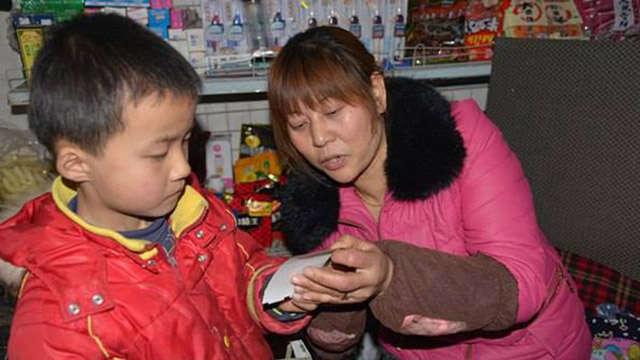 Criança usa dinheiro do café da manhã há 5 meses para comprar bilhete de loteria na esperança de ganhar para pagar cirurgia do pai doente