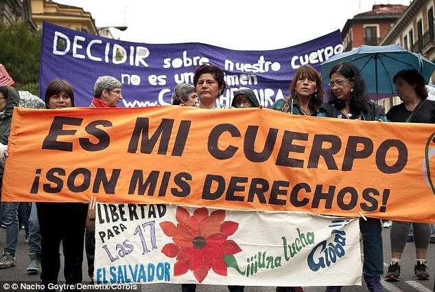 Mulher que foi presa após sofrer aborto é libertada depois de cumprir sete anos atrás das grades