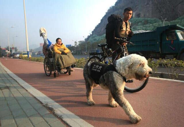 Jovem é flagrado puxando namorada cadeirante para fazê-la realizar sonho de viajar por toda a China