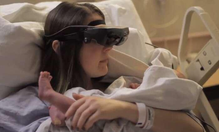 Vídeo de mãe cega vendo seu bebê pela primeira vez graças a óculos especiais comove na web