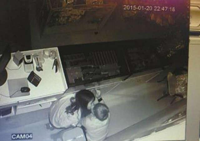 Casal de bandidos é flagrado se beijando em loja