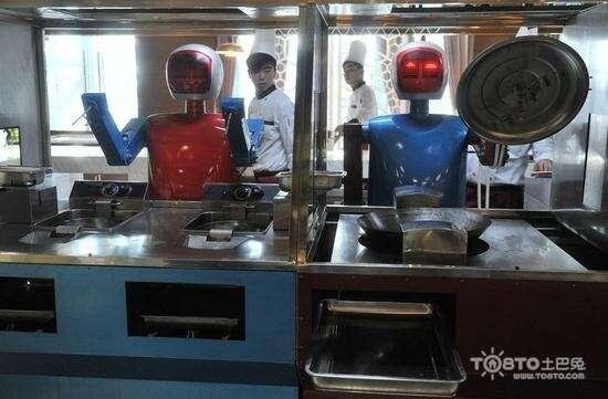Robôs trabalhando em restaurante
