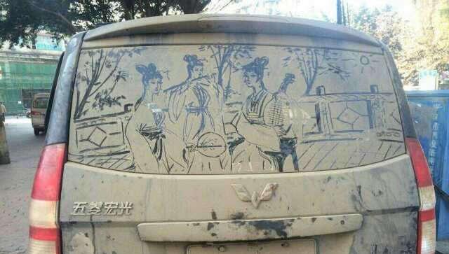 Aposentado faz sucesso criando arte em vidros empoeirados de carros