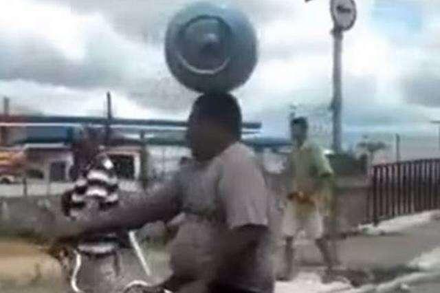 Ciclista é flagrado transportando botijão de gás na cabeça