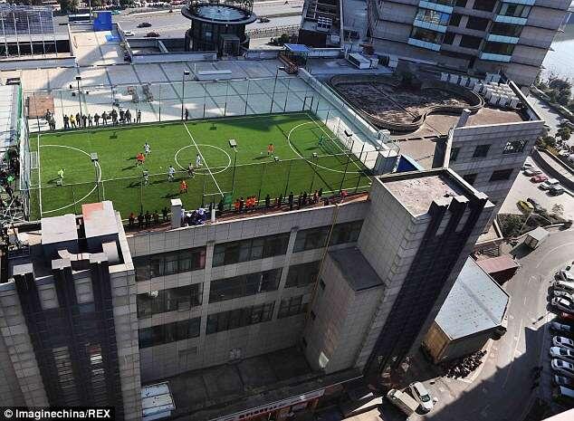 Campo de futebol construído no topo de edifício faz sucesso