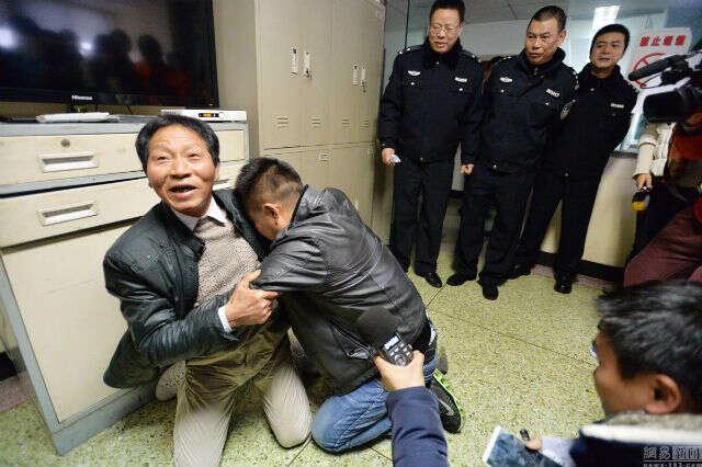 Homem que foi sequestrado quando quando era criança se emociona ao reencontrar seu pai 24 anos depois