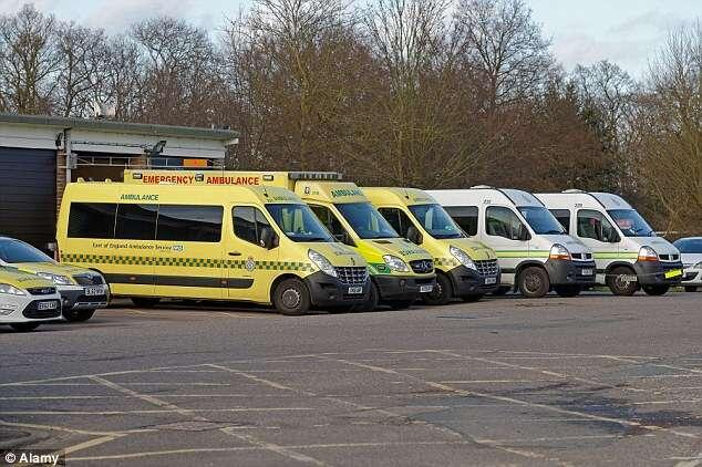 Funcionários de ambulância deixam corpo de morto no chão por ter acabado o turno de serviço