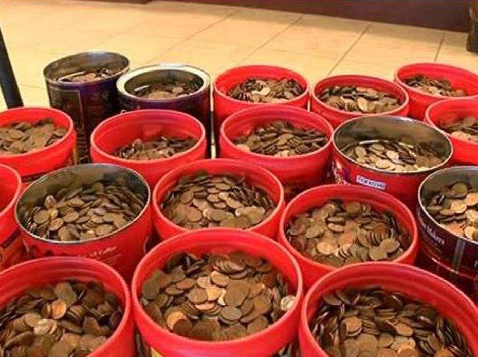 Idoso que passou 65 anos juntando moedas de 1 centavo deposita dinheiro e arrecada 2.145 reais