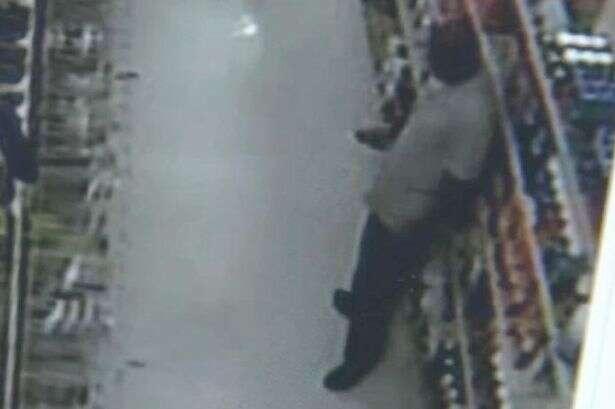 Câmeras de vigilância de supermercado flagram homem usando celular para filmar por baixo da saia de cliente
