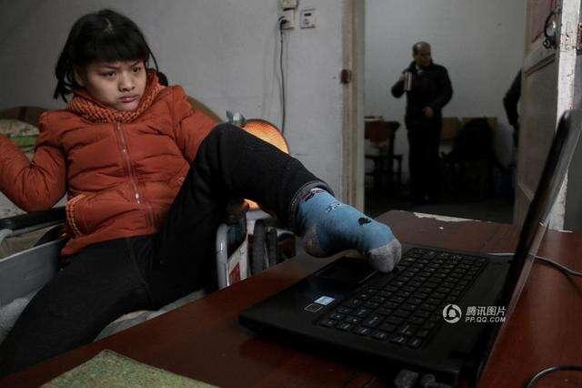 Jovem com paralisia cerebral, escreve romance usando apenas o pé esquerdo