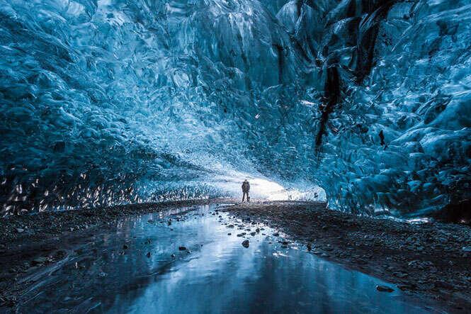 Veja a misteriosa caverna de gelo da Islândia