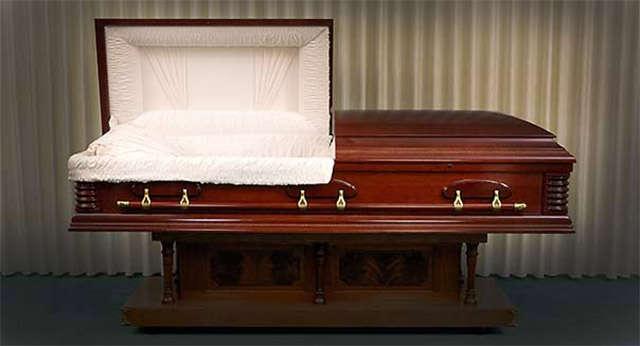 Homem acorda dentro do caixão pouco antes de ser enterrado