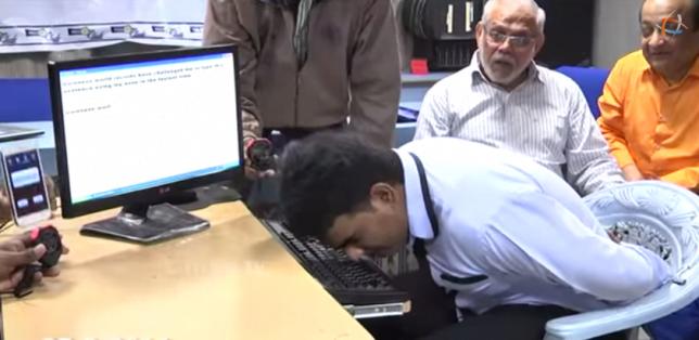 Mohammed Khursheed Hussain digitando com o nariz