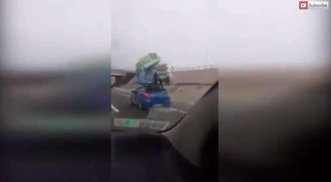 Motorista é flagrado ao trafegar com bagagem de teto duas vezes mais alta que o próprio veículo