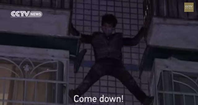 Criminoso tenta escapar da polícia escalando prédio