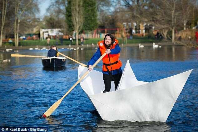 Barco de papel gigante é criado na Inglaterra