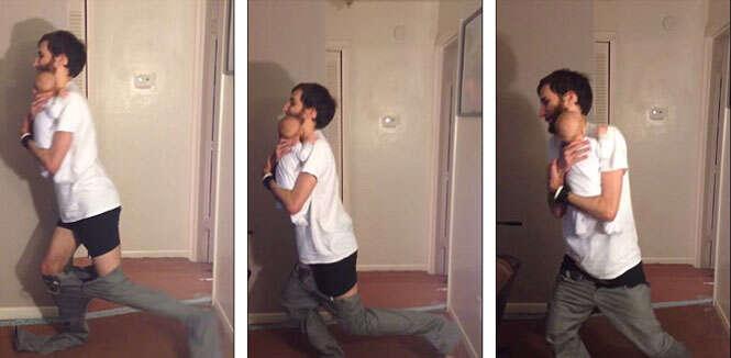 Pai de primeira viagem ensina como vestir as calças enquanto segura bebê no colo