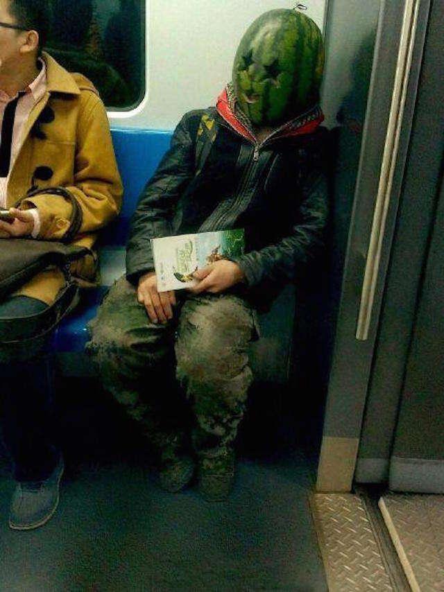 Homem assusta passageiros em metrô ao andar com melancia na cabeça