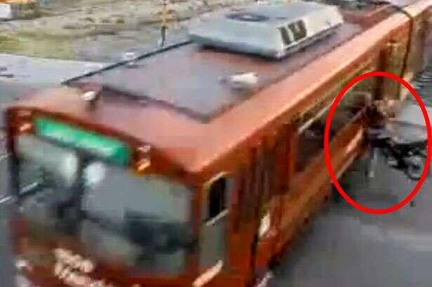 Motociclista bate em trem em movimento ao tentar atravessar trilhos