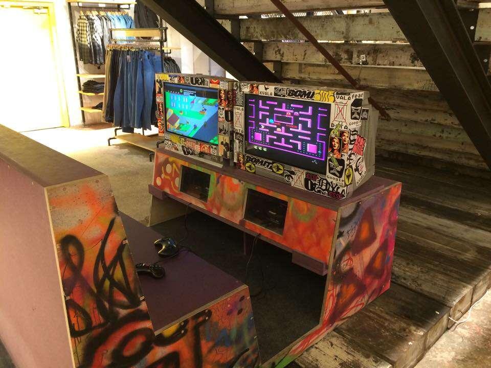 Loja de roupas inova ao colocar videogames clássicos para distrair homens que acompanham namoradas