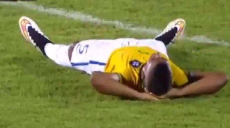 Jogador de seleção brasileira sub-20 simula contusão ao ser expulso de campo e vídeo repercute pelo mundo