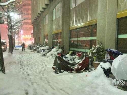 Japoneses passam madrugada em fila da Apple sob neve e temperatura de 8 graus negativos