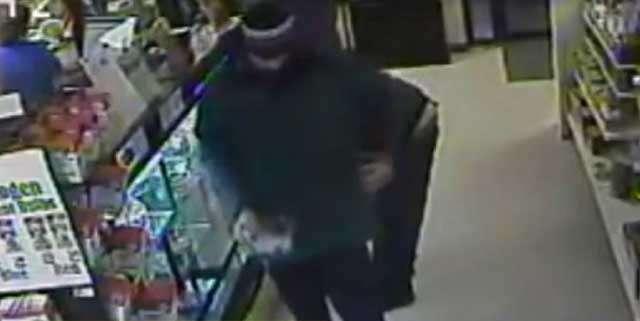 Homem é filmado roubando cobra em loja de animais