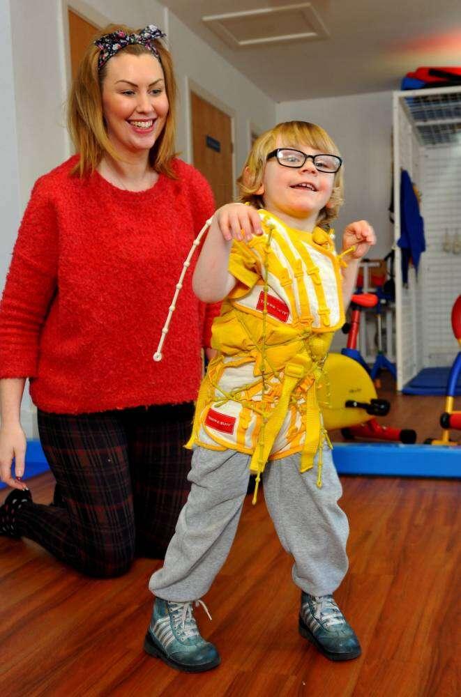 Menino consegue andar pela primeira vez graças a roupa desenvolvida pela Nasa