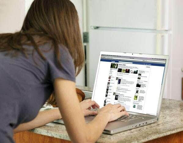 Excluir ex do Facebook ajuda a superar do fim da relação, diz pesquisa