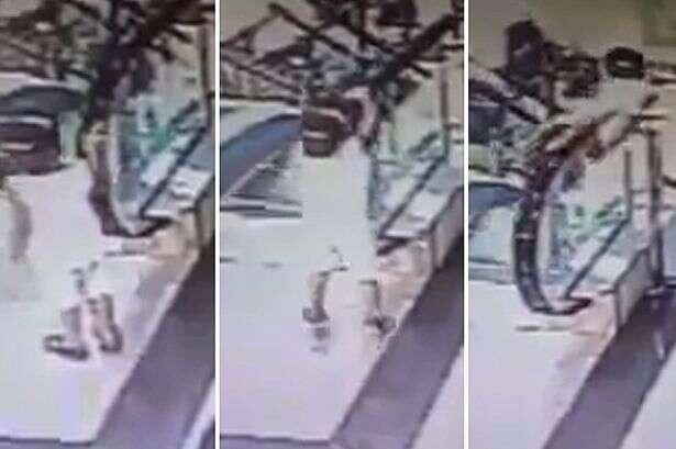 Criança é levada por corrimão de escada rolante