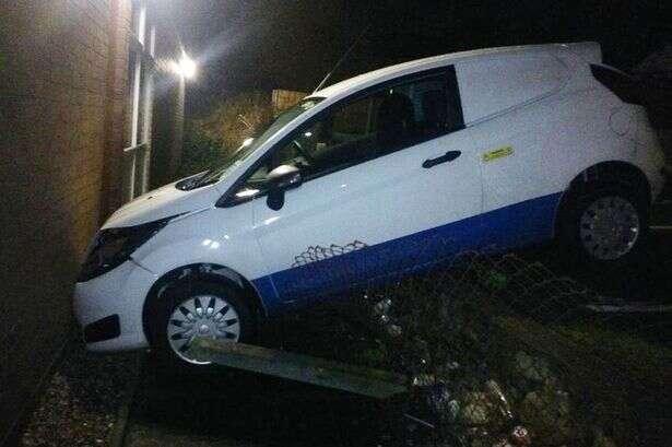 Motorista bate carro em parede de delegacia e é preso