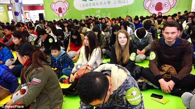 Centenas de pessoas ficam imóveis durante competição para ganhar iPhone 6