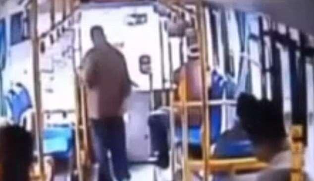 Vídeo mostra idoso tentando cometer ataque suicida ao jogar granada em motorista de ônibus