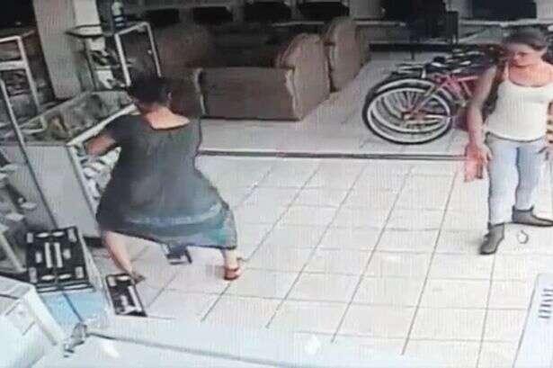 Mulher rouba TV de plasma em loja de eletrônicos